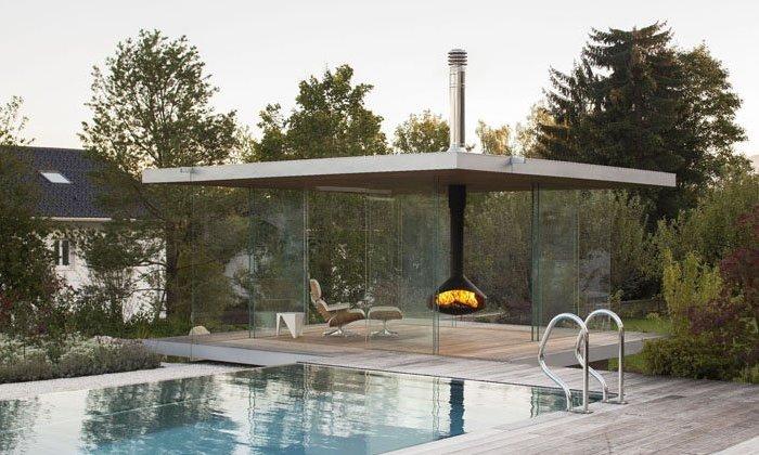 Стеклянная веранда у бассейна