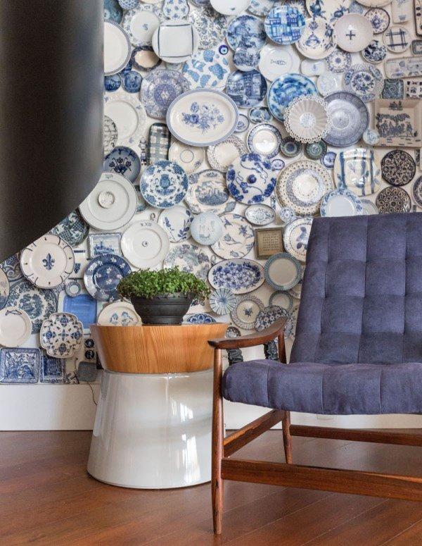 Декор стены при помощи коллекции керамических тарелок