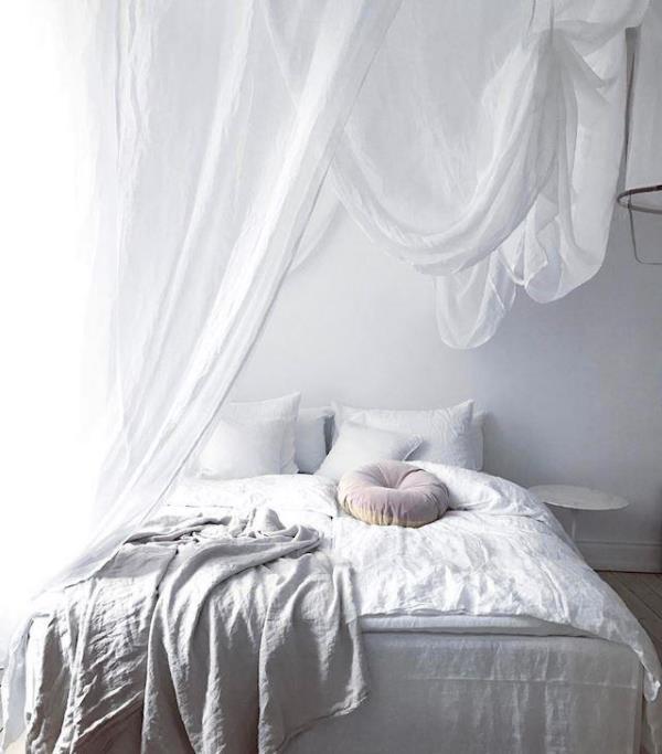 Балдахин над кроватью в спальне
